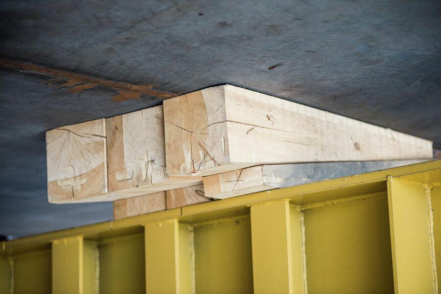 Деревянные клинья под корпусом судна на стапеле ССК Звезда