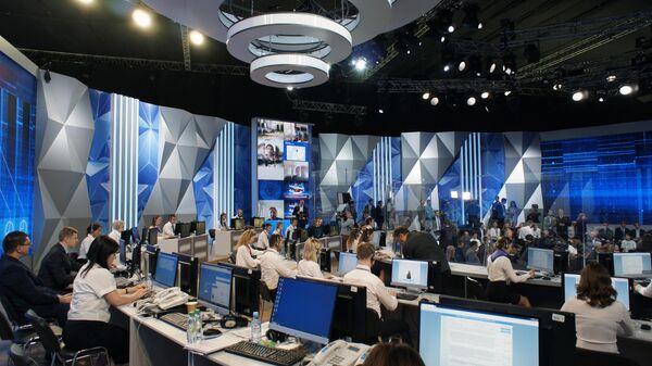 Сотрудницы колл-центра перед началом ежегодной специальной программы Прямая линия с Владимиром Путиным