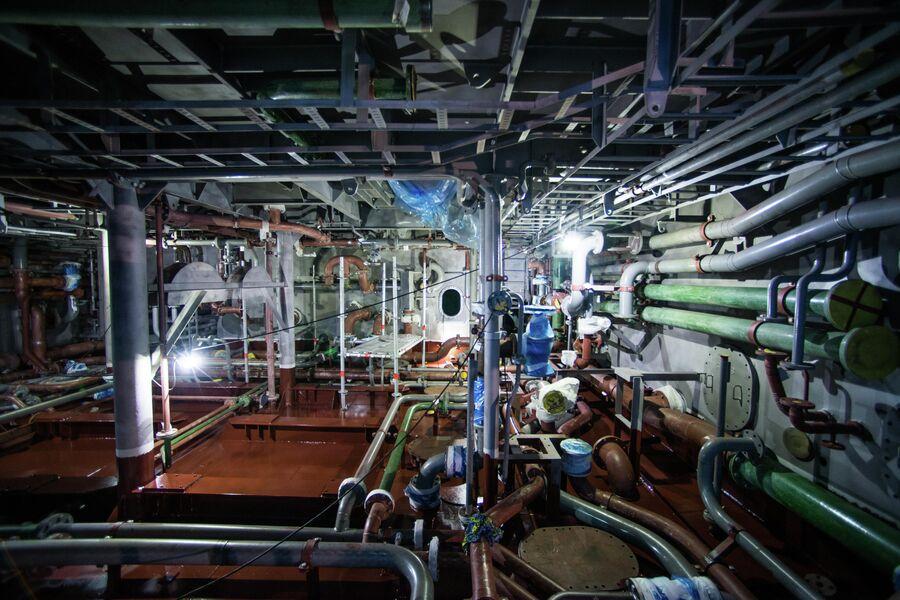 Секция машинного отделения судна-снабжения в покрасочной камере ССК Звезда