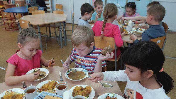 Дети во время обеда в детском саду