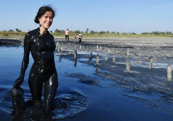 Отдыхающая после принятия грязевых ванн на Чокракском озере в Крыму