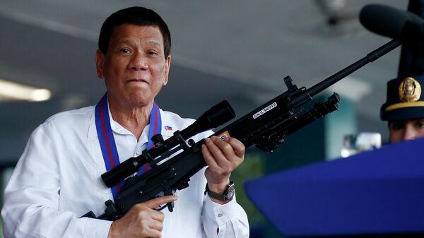 Президент Филиппин Родриго Дутерте с винтовкой Галиль