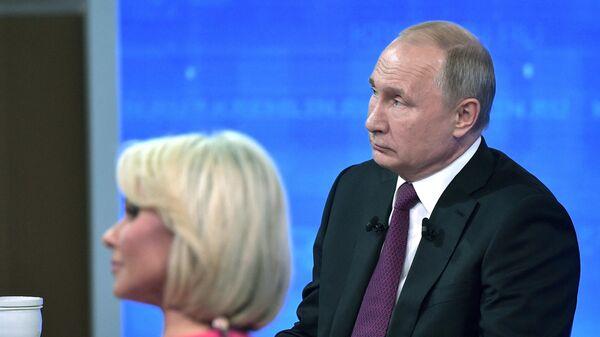 Президент РФ Владимир Путин отвечает на вопросы россиян во время ежегодной прямой линии