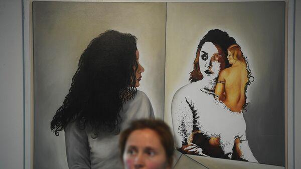 Посетительница на открытии выставки в Московском музее современного искусства.