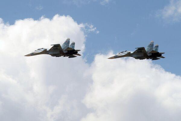 Истребители СУ-30 совершают полет на сводной тренировке динамического показа боевых возможностей вооружения и военной техники с авиацией в рамках предстоящего Международного военно-технического форума Армия-2019