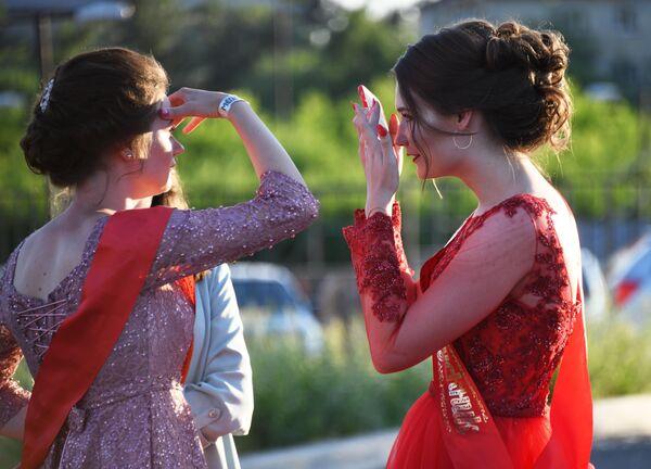 Выпускницы во время празднования школьного выпускного в Чите
