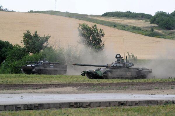 Танк Т72Б3 на сводной тренировке динамического показа боевых возможностей вооружения и военной техники с авиацией в рамках предстоящего Международного военно-технического форума Армия-2019 в военно-патриотическом парке Патриот