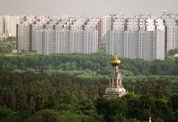 Троицкая церковь (ХVII век) усадьбы Троицкое-Лыково и жилые многоэтажные дома Москвы