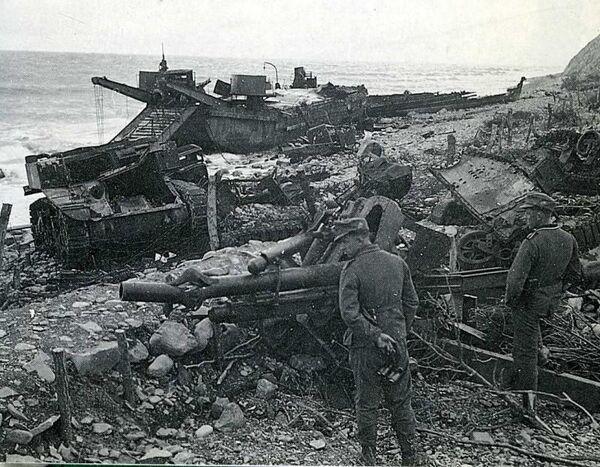 Немецкие солдаты осматривают место высадки десанта в Малой Озерейке