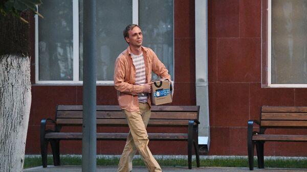 Журналист интернет-издания Медуза Иван Голунов выходит из здания Главного следственного управления ГУ МВД России по Москве