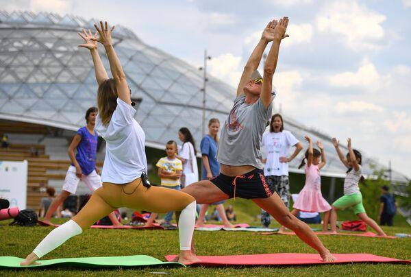 Участники проекта 365YogaDay во время V Международного фестиваля йоги в парке Зарядье