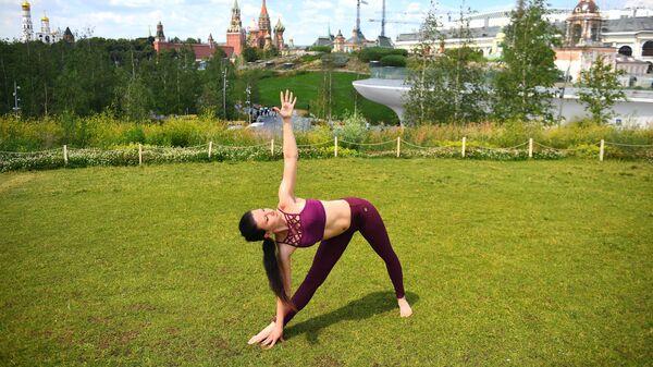 Участница Йога центра Проект развитие на занятии по DETOX йоге во время V Международного фестиваля йоги в парке Зарядье