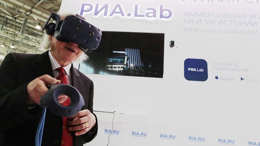 Футуролог Митио Каку посетил лунную станцию в VR-проекте РИА Новости