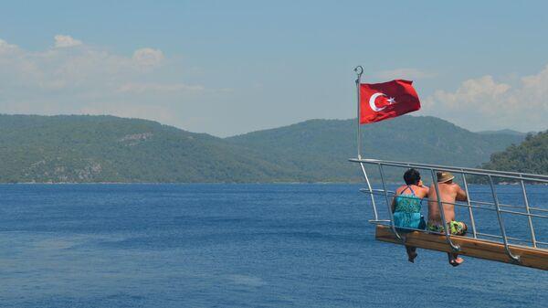 Туристы во время прогулки на яхте по Эгеискому морю