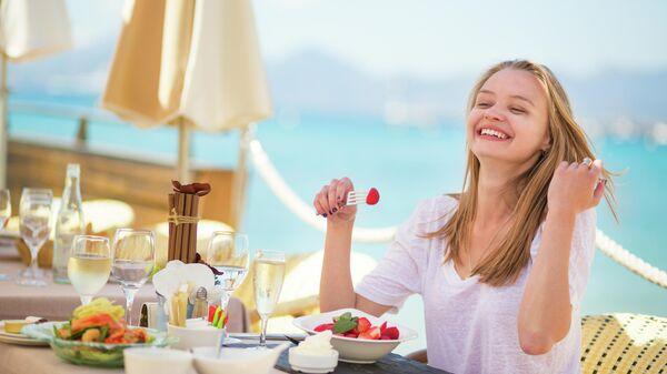 Девушка в ресторане на пляже