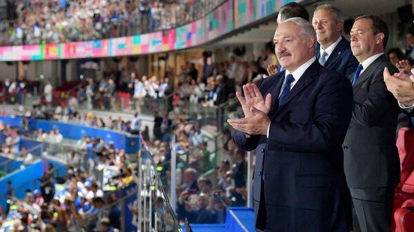 Председатель правительства РФ Дмитрий Медведев (справа) и президент Белоруссии Александр Лукашенко на церемонии открытия II Европейских игр