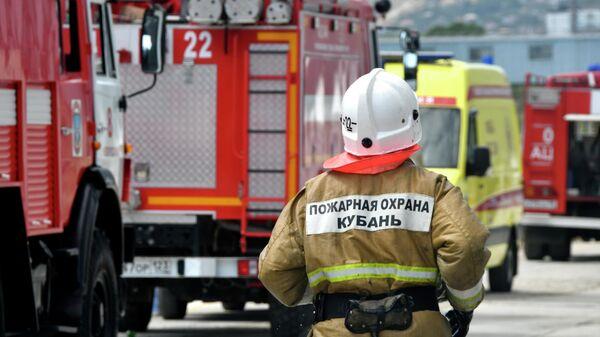 Сотрудник МЧС РФ Кубань во время тушения пожара
