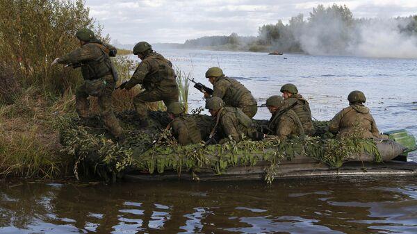 Военнослужащие форсируют водную преграду в ходе тактических учений
