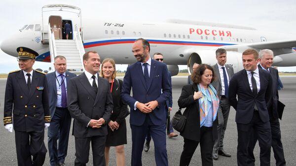 Председатель правительства РФ Дмитрий Медведев и премьер-министр Франции Эдуар Филипп во время церемонии встречи в аэропорту Гавра. 24 июня 2019
