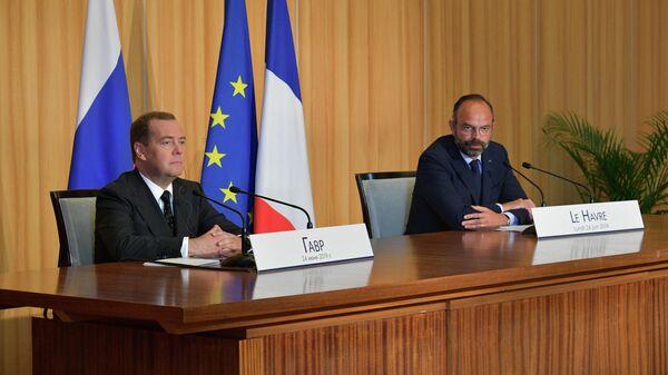 Председатель правительства РФ Дмитрий Медведев и премьер-министр Франции Эдуар Филипп во время совместной пресс-конференции по итогам встречи в Гавре