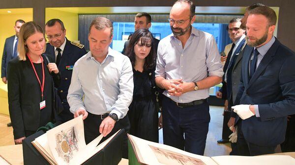 Председатель правительства РФ Дмитрий Медведев и премьер-министр Франции Эдуар Филипп во время посещения публичной библиотеки Оскара Нимейера в Гавре. 24 июня 2019