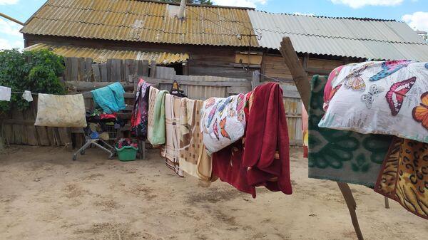 Во дворе дома, где разместились женщины с детьми из Чемодановки