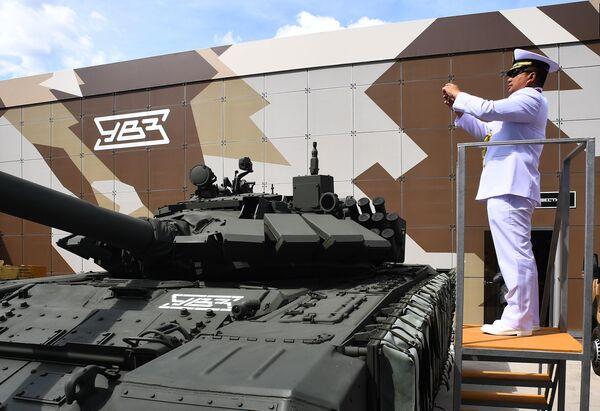 Иностранный военнослужащий фотографирует танк Т-72 на Международном военно-техническом форуме Армия-2019