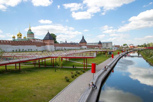 Проект был разработан столичным бюро Wowhaus. Ярким элементом набережной стали красные мостки общей протяженностью 270 метров, с которых открывается вид на кремль и реку, ранее скрытый за забором