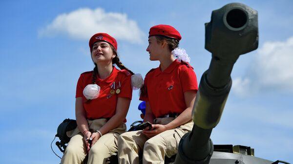 Представители военно-патриотического общественного движения Юнармия на Международном военно-техническом форуме Армия-2019