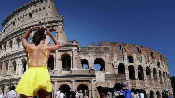 Туристка во время прогулки перед Колизеем в Риме