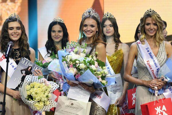 Победительница 25-го фестиваля красоты и талантов Краса России-2019 Анна Бакшеева (в центре)