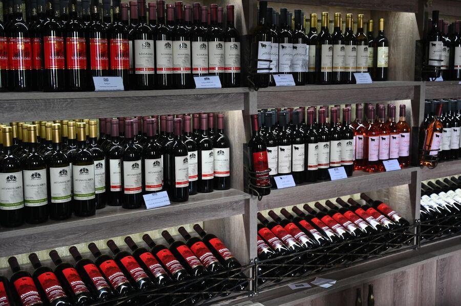Бутылки с вином на винном заводе Киндзмараули в городе Кварели в Грузии