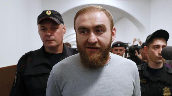 Бывший сенатор от Карачаево-Черкесии Рауф Арашуков перед началом заседания Басманного суда города Москвы