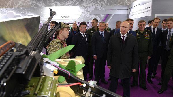 Президент РФ Владимир Путин осматривает экспозицию образцов спецтехники  во время посещения международного военно-технического форума Армия-2019 в конгрессно-выставочном центре Патриот.  27 июня 2019