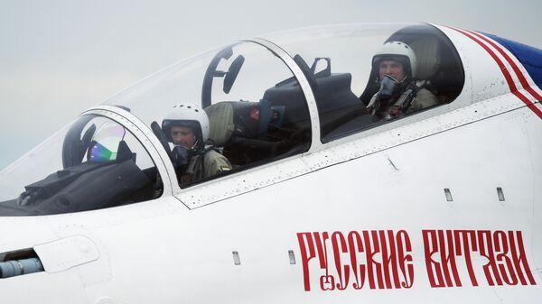 Пилоты в кабине самолета Су-30СМ пилотажной группы Русские витязи на Международном военно-техническом форуме Армия-2019