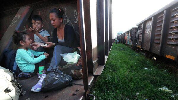 Мигранты едут на грузовом поезде на север, штат Чьяпас, Мексика. Архивное фото