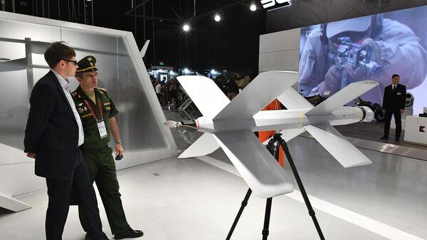 Барражирующий дрон-камикадзе ZALA Ланцет (справа) на стенде концерна Калашников в рамках открытия международного военно-технического форума Армия-2019