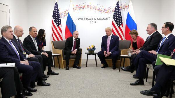 Президент РФ Владимир Путин и президент США Дональд Трамп (четвертый справа) во время встречи на полях саммита Группы двадцати в Осаке