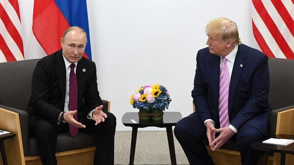 Президент РФ Владимир Путин и президент США Дональд Трамп (справа) во время встречи на полях саммита Группы двадцати в Осаке