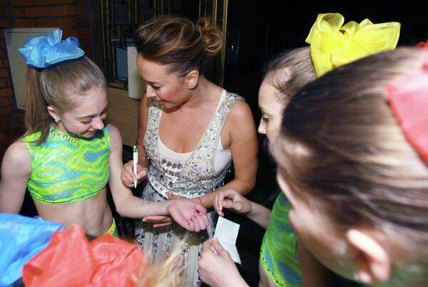 Певица Жанна Фриске раздает автографы на 10-м юбилейном концерте детского коллектива Непоседы - Взрослые и дети, приуроченном ко Дню Защиты Детей
