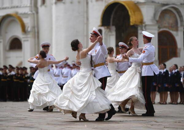 Курсанты суворовского военного училища танцуют вальс на церемонии вручения дипломов выпускникам военных вузов на Соборной площади Кремл