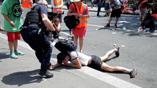 Разгон митингующих в Париже