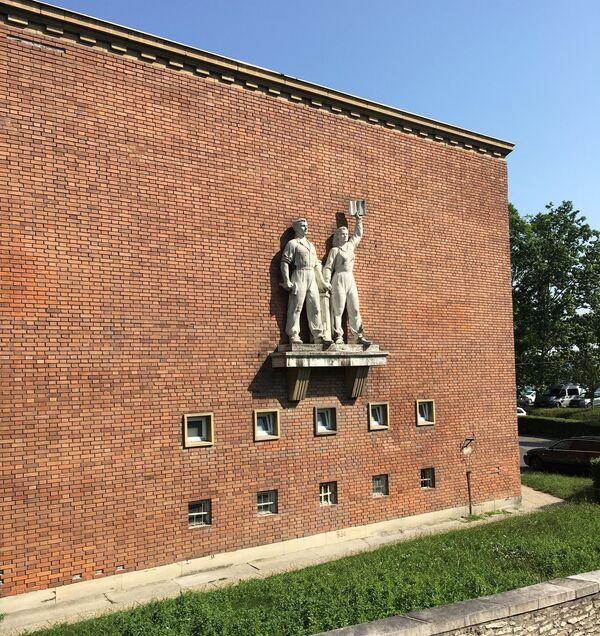 Скульптурная композиция на фасаде одного из предприятий Дьера