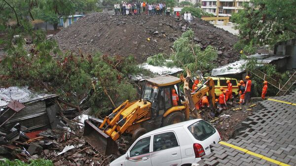 Обрушение стены в городе Пуна штата Махараштра на западе Индии. 29 июня 2019
