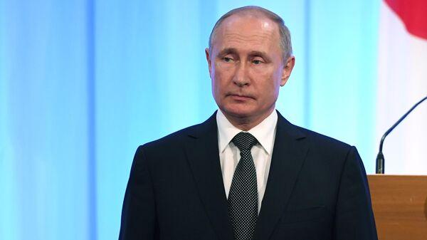 Президент РФ Владимир Путин на церемонии подписания совместных российско-японских документов по итогам встречи с премьер-министром Японии Синдзо Абэ в Осаке. 29 июня 2019