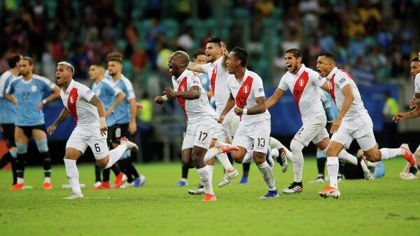 Футболисты сборной Перу празднуют выход в полуфинал Кубка Америки