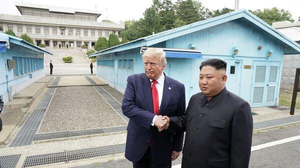 Президент США Дональд Трамп и северокорейский лидер Ким Чен Ын в демилитаризованной зоне, разделяющей две Кореи. 30 июня 2019