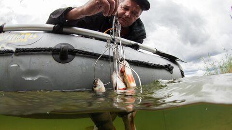 Рыбак ловит рыбу на Константиновском карьере в Тверской области