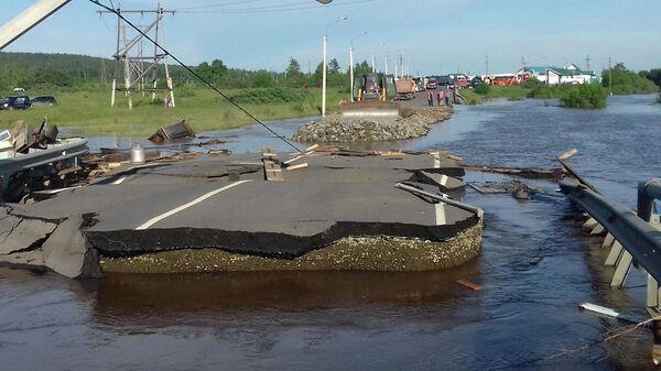 Разрушенная дорога в подтопленном городе Тулуне. 30 июня 2019