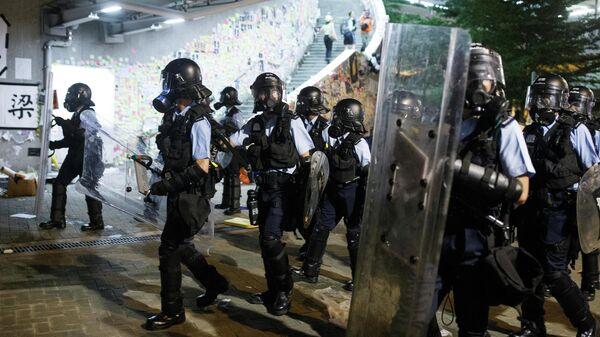 Полиция у здания Законодательного собрания во время протеста в Гонконге